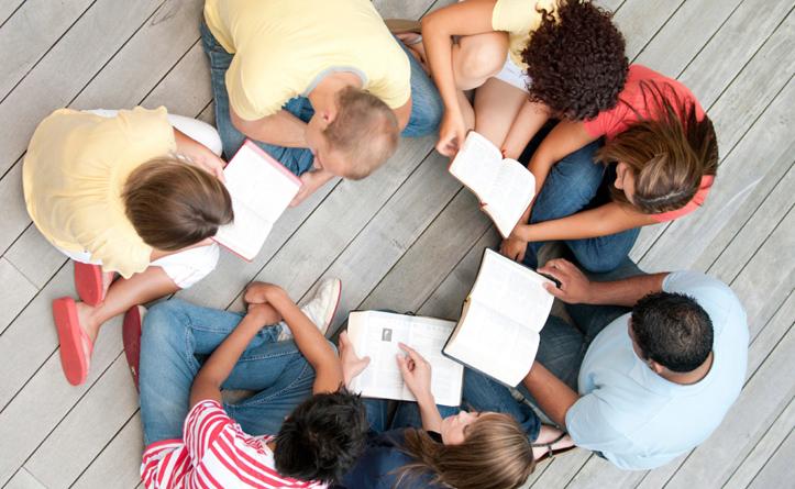 Gruppe studerer bibelen